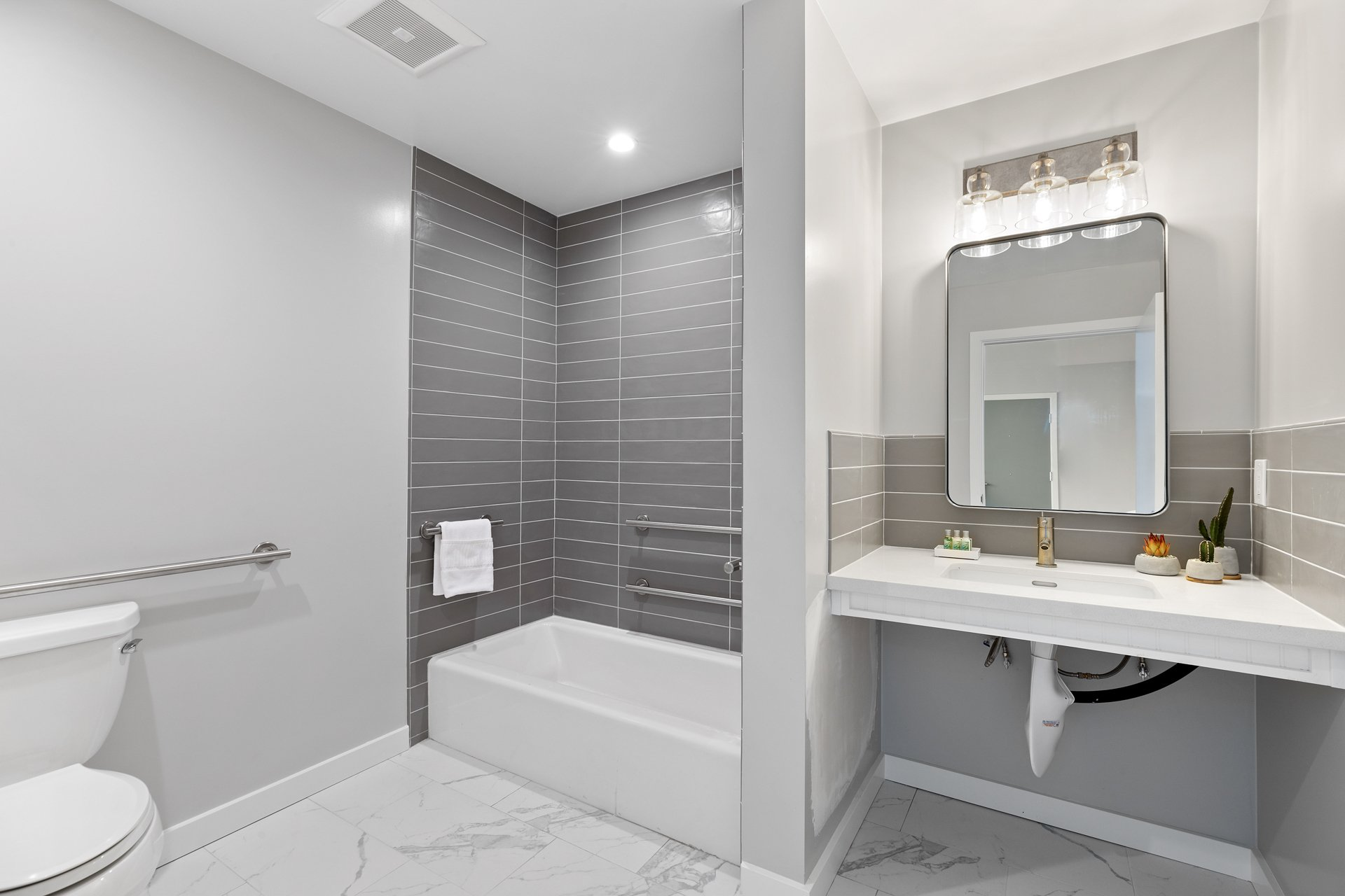 Queen Room Mobility/Hearing Accessible with Bathtub | 460 sq ft