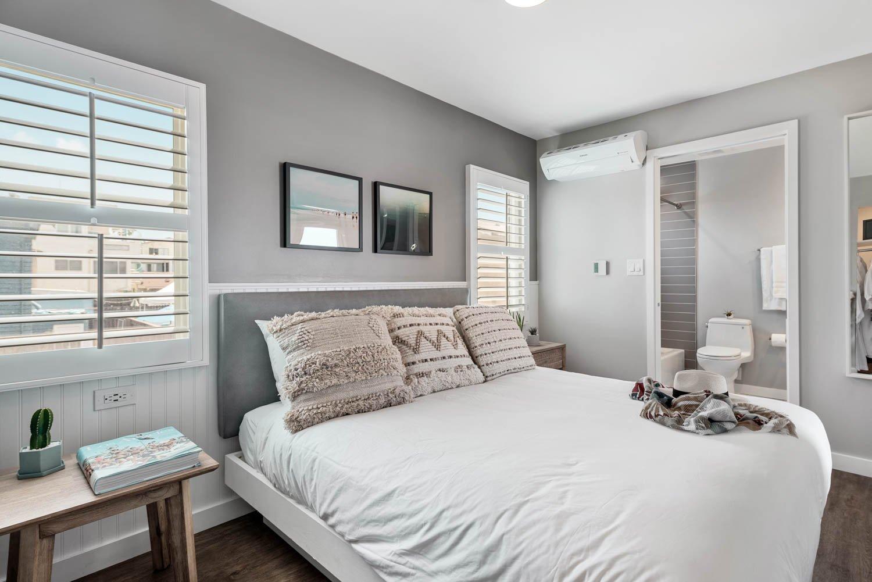 California Queen Suite with Bunk Beds | 405 sq ft