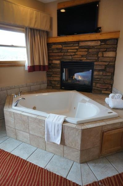 2 Room Fireplace Jacuzzi King Suite with Lake View
