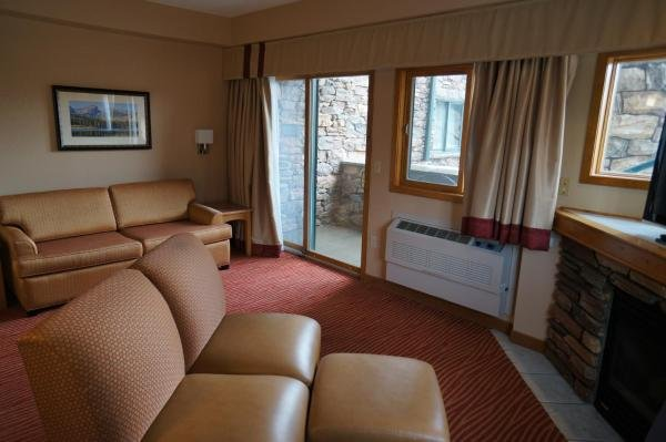 Accessible 2 Room Fireplace Queen Suite with Lake View