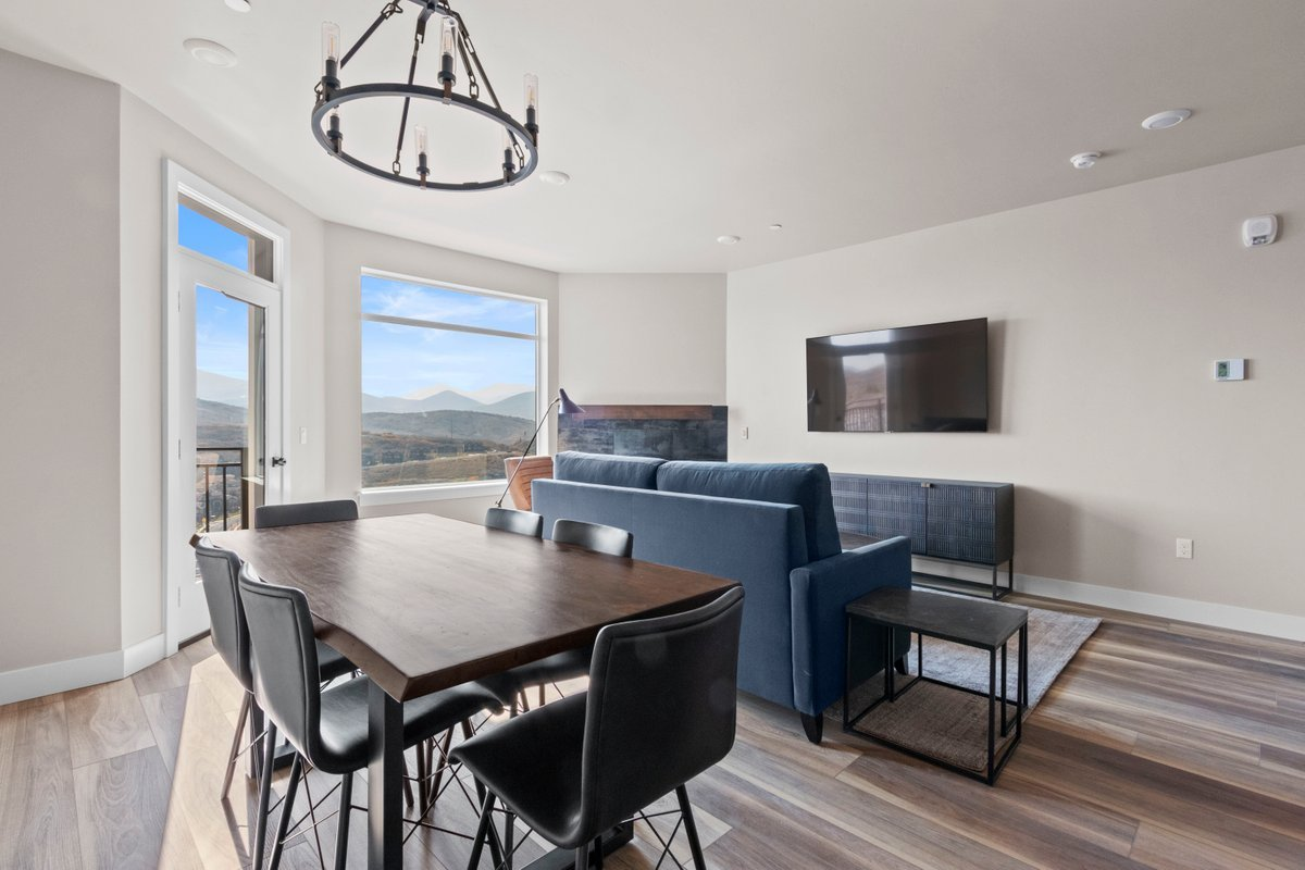 2 Bedroom Luxury Suite with Mountain View