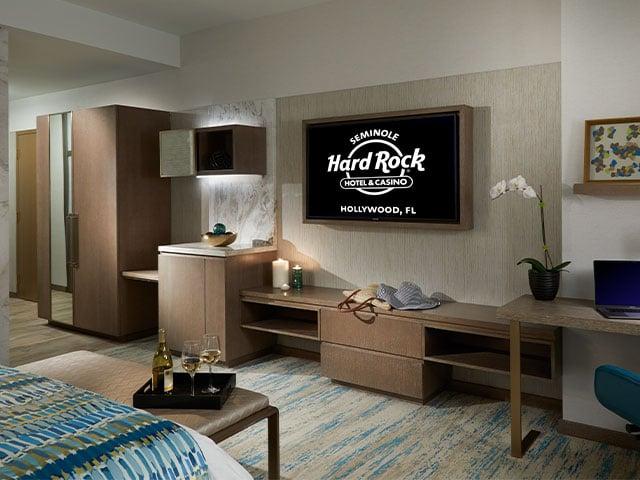 THE GUITAR HOTEL: Pool View King, Smoking