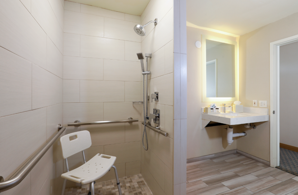 ADA King Traditional With Roll-In Shower